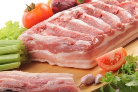 îndepărtați grăsimea din umărul de porc)